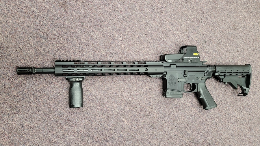 SMITH & WESSON special edtion fixed magazine ar 15 M&P 15 with red dot and forward grip  10rd magazine