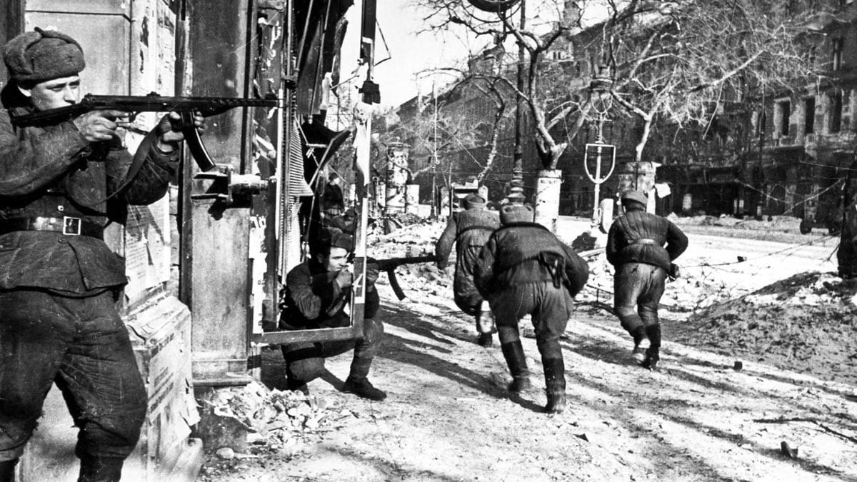 Soviet soldiers fight with the PPS-43