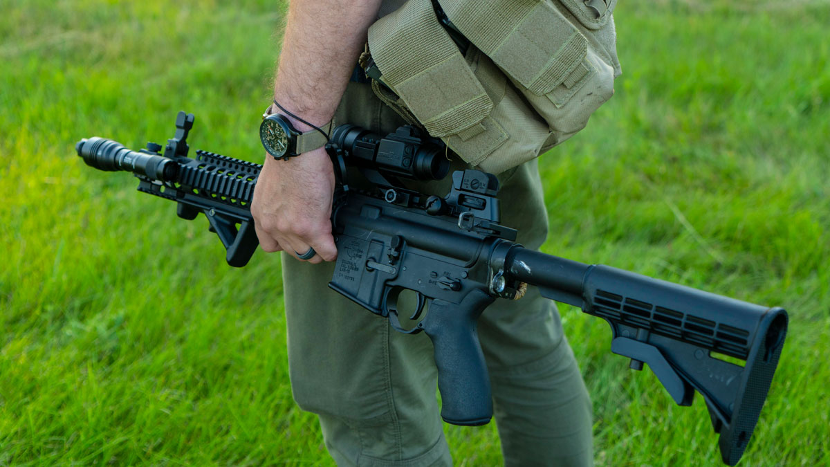 Lar-15 rifle in a man's hands at the range