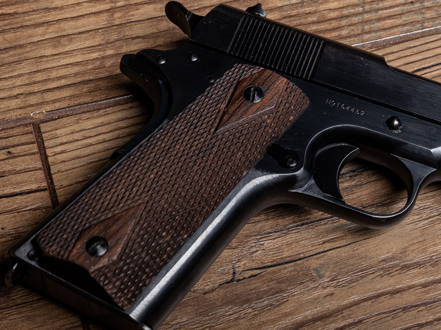 """correct pre-1926 M1911s, the gun has a smooth flat mainspring housing and """"double-diamond"""" checkered grips."""