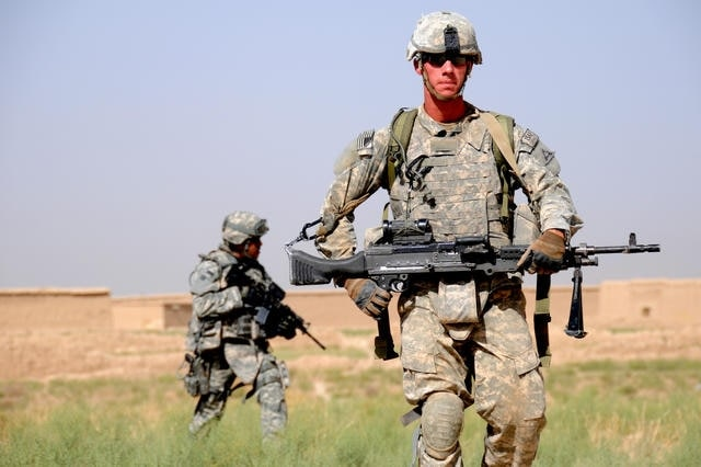 us soldier holding colt rifle