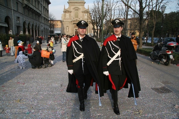 carabinieri in uniforme sul sentierone