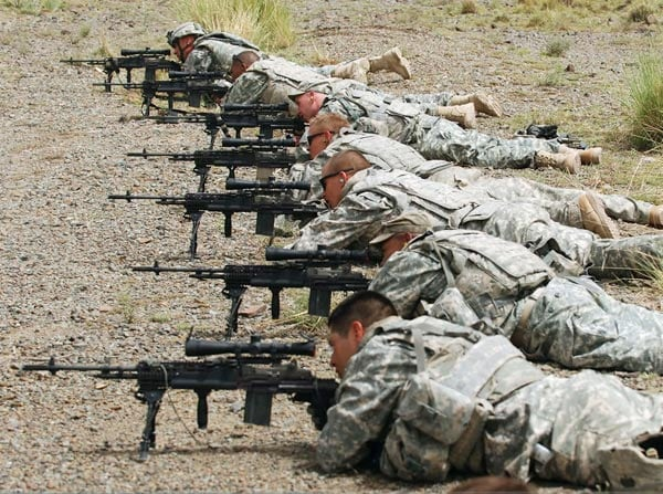 US soldiers practice with M14 battle rifles