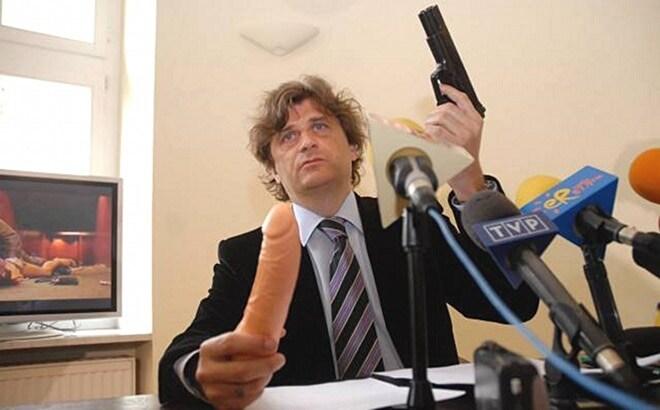 ,Janusz-Palikot-z-wibratorem-i-pistoletem