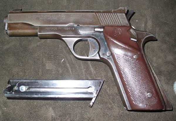 Modela 2 Trejo pistola