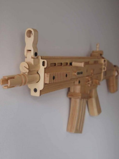FN Herstal buys wooden FN SCAR replica from UK artist (8 pics)