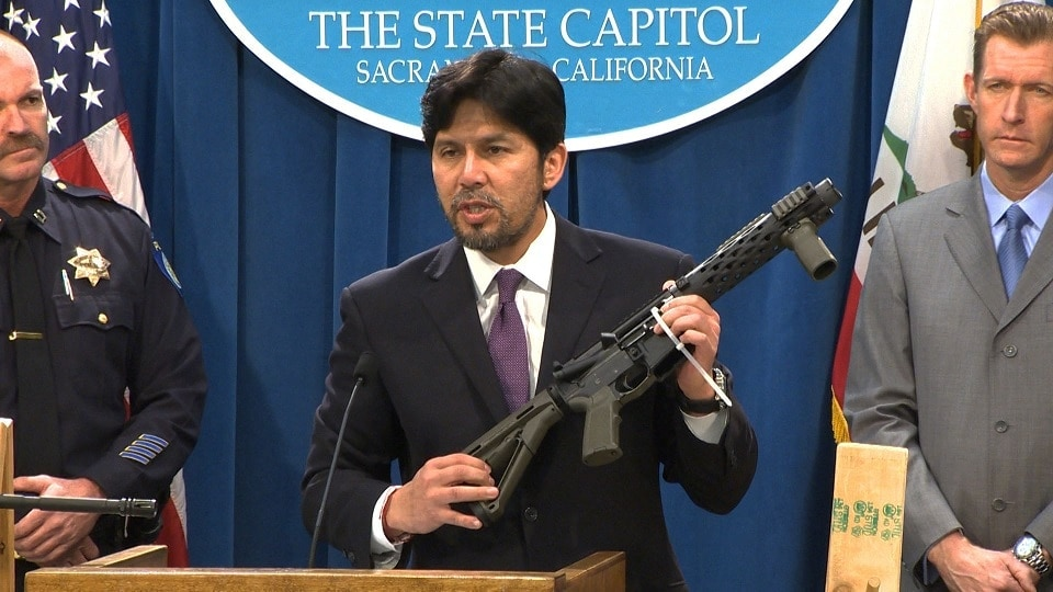 California State Sen. Kevin de Leon (D-Los Angeles) with a 'ghost gun' at a January news conference for SB808. (Photo: KCRA)