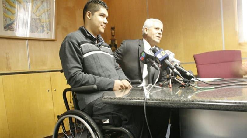 Rohayent Gómez and his lawyer Arnoldo Casillas. (Photo: Hoy Los Angeles)
