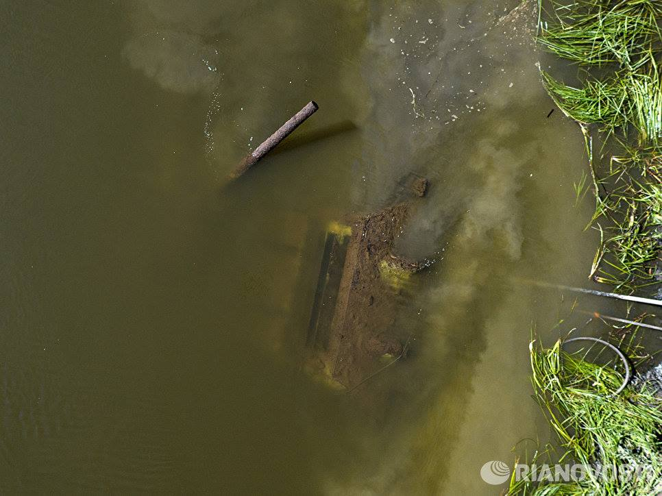 River spits out Soviet tank after 70 years (VIDEO PHOTOS)