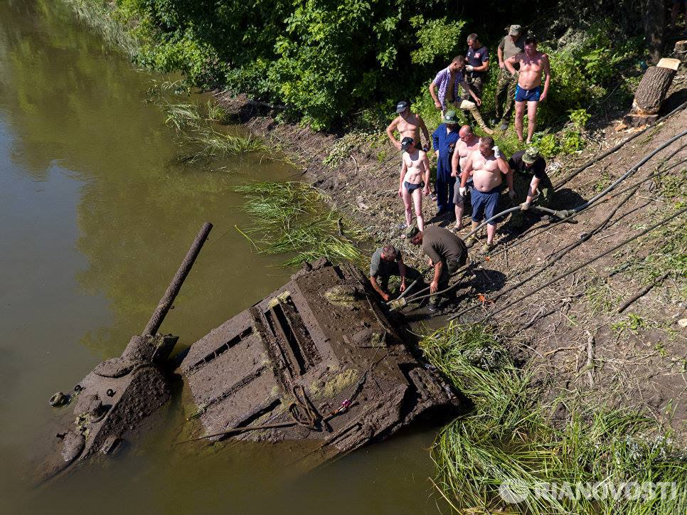 River spits out Soviet tank after 70 years (VIDEO PHOTOS)2