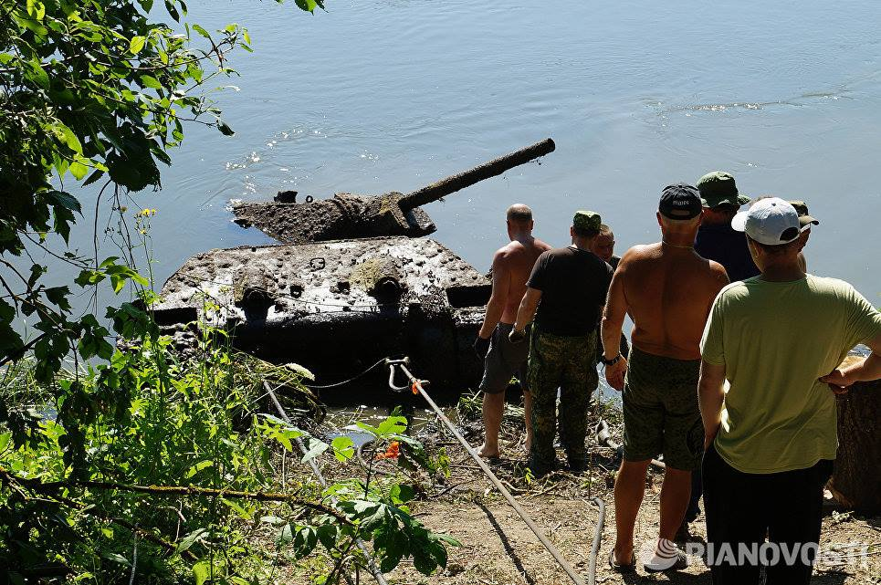 River spits out Soviet tank after 70 years (VIDEO PHOTOS)3