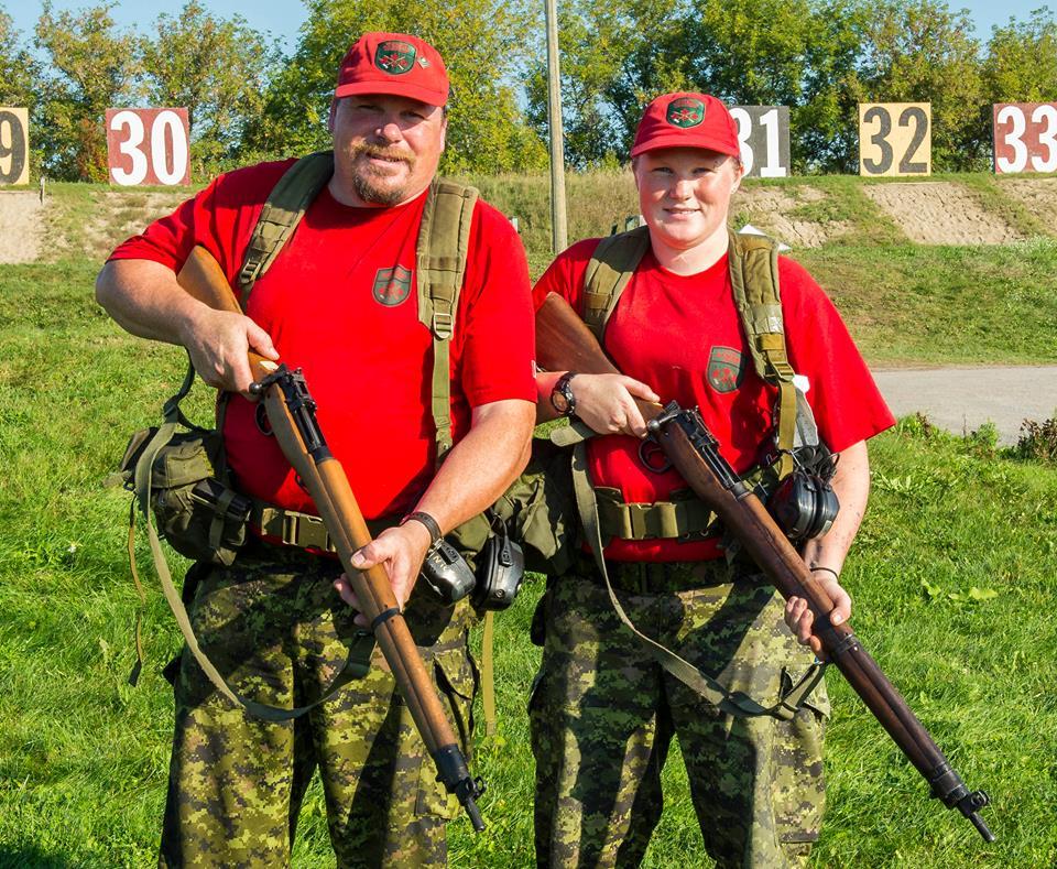 C'est une tradition familiale pour les tireurs des Rangers canadiens, Soldat M. Nickel and Caporal-chef T. Nickel. Cette équipe père-fille est photographié le 17 septembre 2015 après un des derniers matchs avec le fusil No 4 Lee Enfield. La Concentration de tir aux armes légères des Forces armées canadiennes (CTALFAC) a lieu chaque année au Polygone de Connaught et centre d'entraînement élémentaire (PCCEE) à Ottawa, ON.