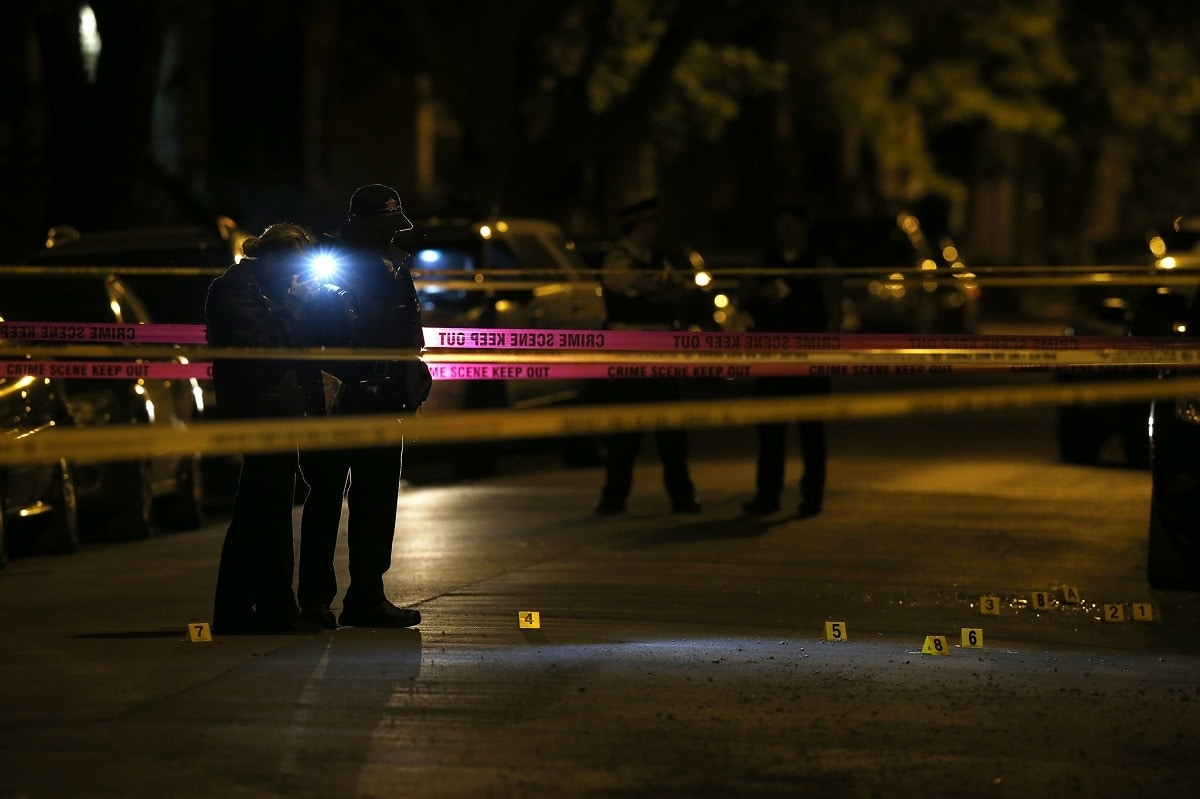 Chicago police investigate the scene of a shooting (Photo: Chicago Tribune)
