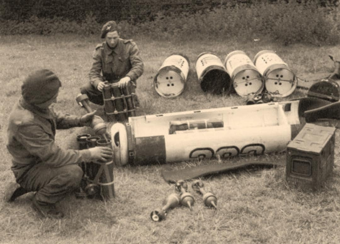 Many of the resistance groups in Denmark, as in the rest of occupied Europe, were armed by the Allies via airdropped containers, such as this image of British troops loading PIAT anti-tank rockets. (Photo: hvidstengruppen.randers.dk)