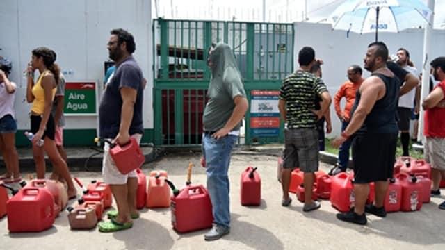 People wait in line to buy gas in Bayamón, Puerto Rico. (Photo: Hector Retamal/AFP/Getty Images)