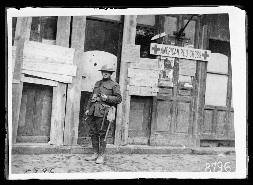 """""""American soldier in ward of American Military Hospital No. 1 at Neuilly, (supported by the American Red Cross) enjoying his Thanksgiving turkey"""" November 1918 (Photo: Library of Congress)"""