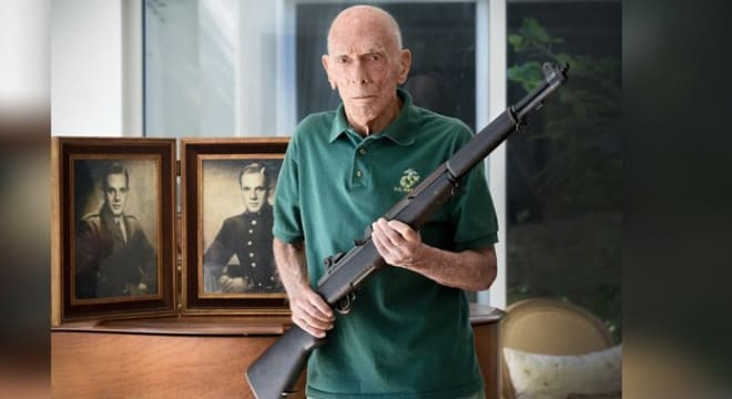 Marine Dick Cowell with his Springfield M1 rifle (Photo: Melanie Bell / Palm Beach Daily News)