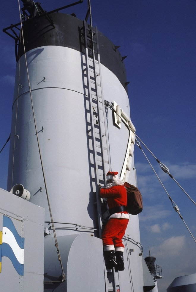 Santa Claus climbs the smokestack of the repair ship USS HECTOR (AR 7), 1986 (Photo: U.S. Navy)