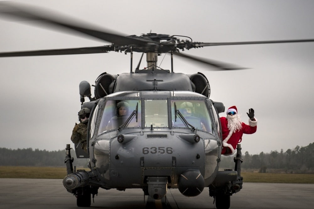 Santa poses with the crew of an HH-60G Pave Hawk from the 41st Rescue Squadron, Dec. 9, 2017, on the flight line at Moody Air Force Base, Ga (Photo: DoD)