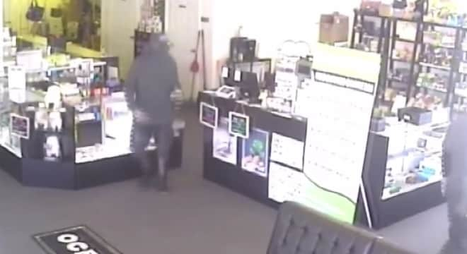 Shop clerk spoils armed robbery plans with his own gun (VIDEO)