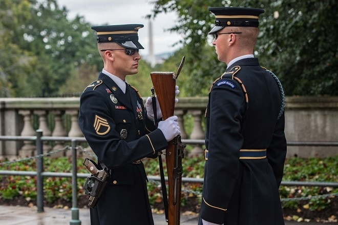 soldiers at the tomb of the unknown soldier exchanging guns