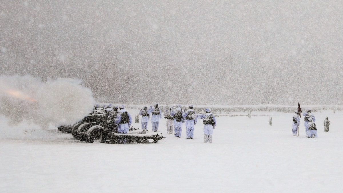 Mountain troops stand for frozen salute to President Bush (VIDEO)